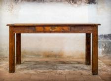 Tavolo in legno con cassetto