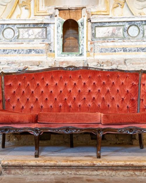 Divano in velluto rosso antico