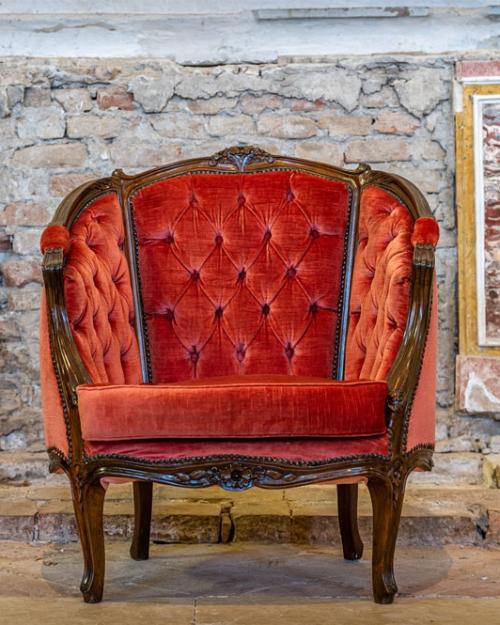 Poltrona in velluto rosso antico