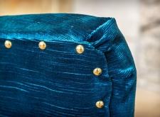 Poltroncina in velluto blu ottanio