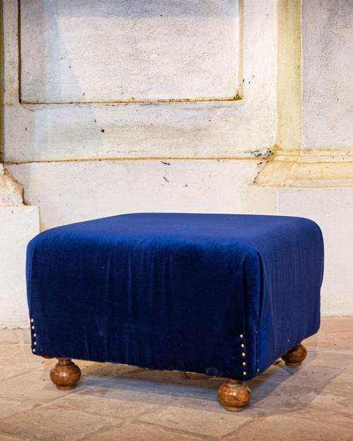 Pouf basso in velluto blu