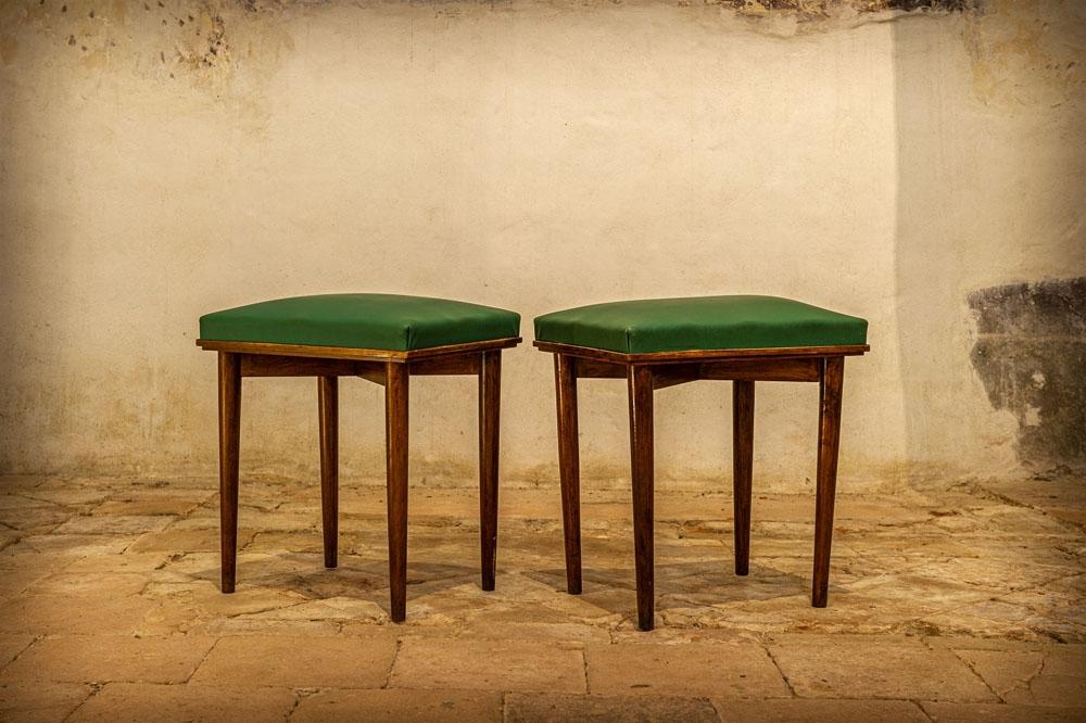 Sgabello in legno con seduta verde