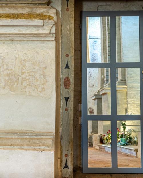 Antica porta restaurata e riverniciata in grigio tortora opaco
