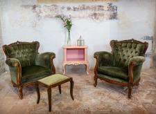 Poltrone barocco e comodino rosa cipria