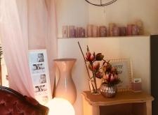 Comodino rosa cipria e poltrona rosso antico