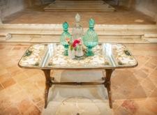 Tavolo con ripiano in raso e vetro