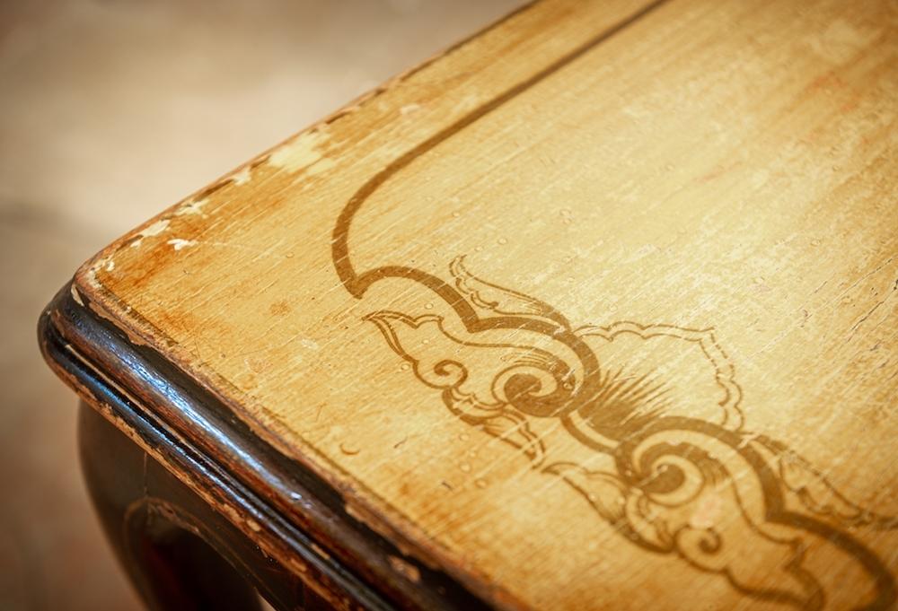 Tavolino in legno ripiano beige decorato