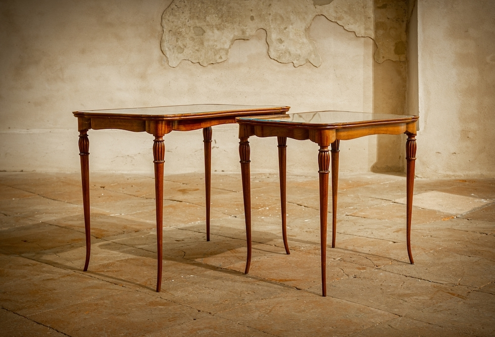 Tavolino con gambe sottili