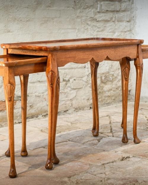 Tavolino impilato in stile inglese