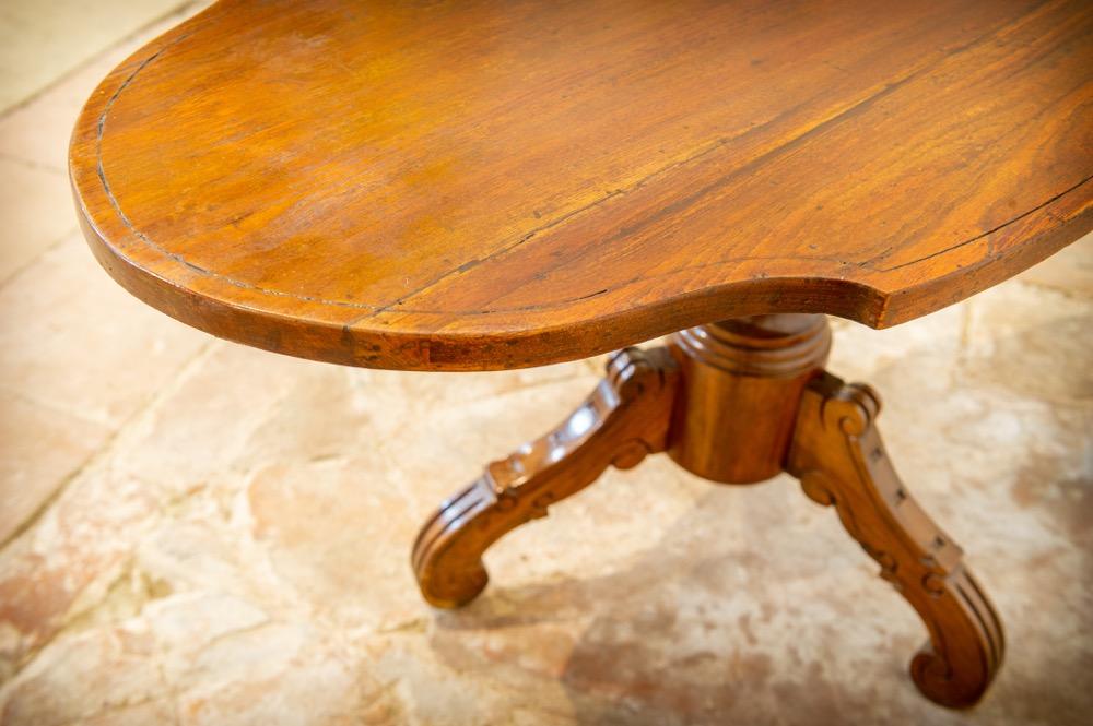 Tavolino in legno sagomato