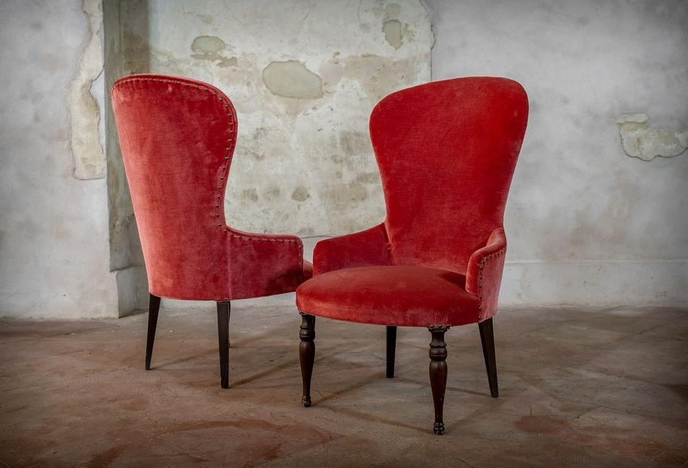 Poltroncina stondata in velluto rosso