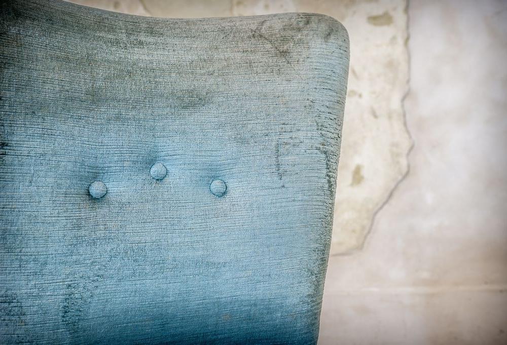 Poltroncina in velluto azzurro
