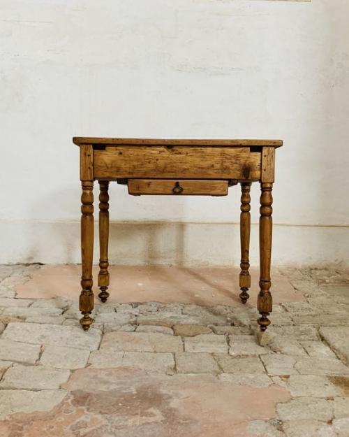 Tavolino con ripiano estraibile